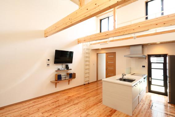 高い天井で開放的な二世帯住宅のお家